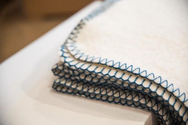 Merinowolldecke mit blauer Umkettelung 140x190cm
